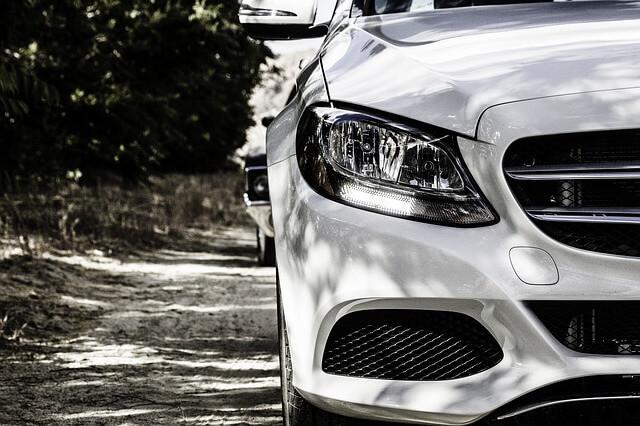 Muka Mobil Mercedes-Benz Warna Putih Lampu Depan via Pixabay